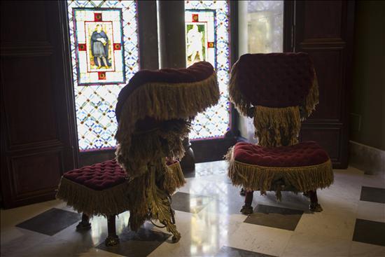Muebles modernistas y obras de gaud en el palau g ell de for Gaudi muebles