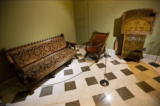 Muebles modernistas y obras de gaud en el palau g ell de for Muebles modernistas