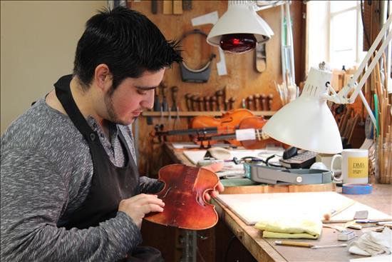 Luthier un oficio en peligro de extinci n en espa a for Que es un luthier