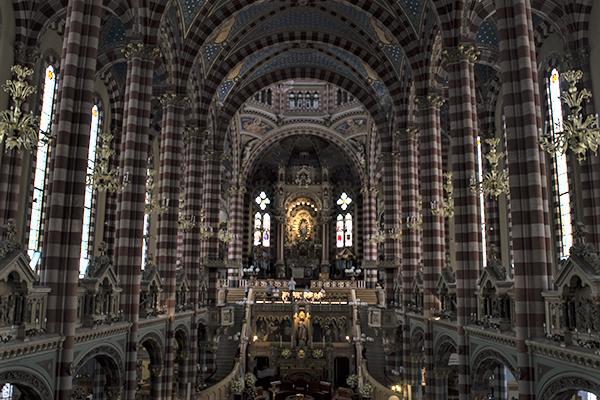 Nave Central Basilica donde se aprecia el Altar Camarin de la Virgen
