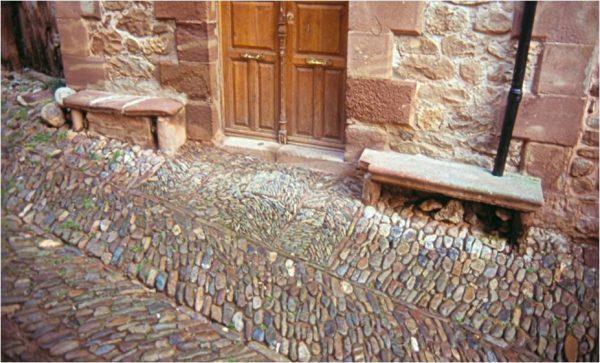 Alfombra de canto rodado ante una puerta de Viniegra de Abajo (La Rioja) (MSG)