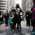 La estatua de la 'Niña sin miedo' seguirá en Wall Street un año más