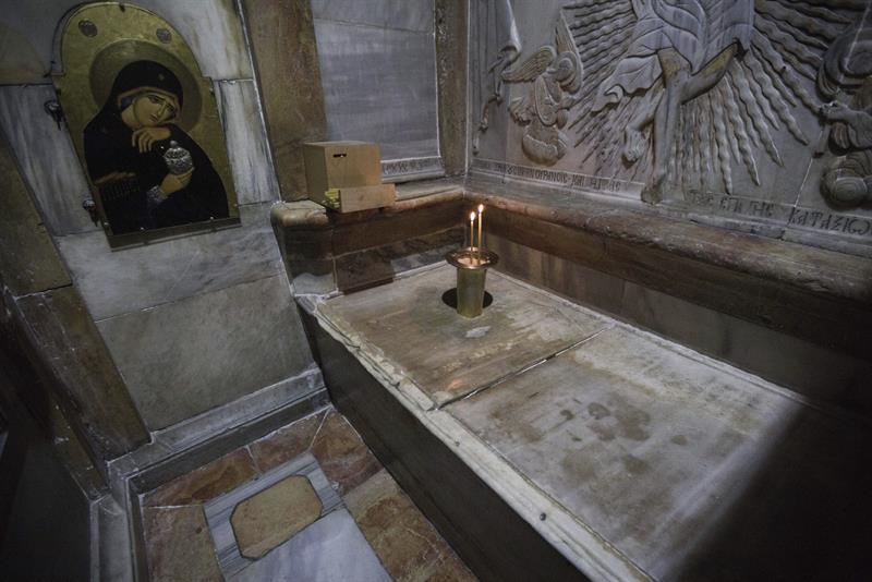 Vista de la losa de mármol que cubría la tumba de Jesucristo en el interior de la iglesia del Santo Sepulcro