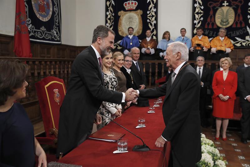 El escritor barcelonés Eduardo Mendoza recibe el galardón de manos de Felipe VI.