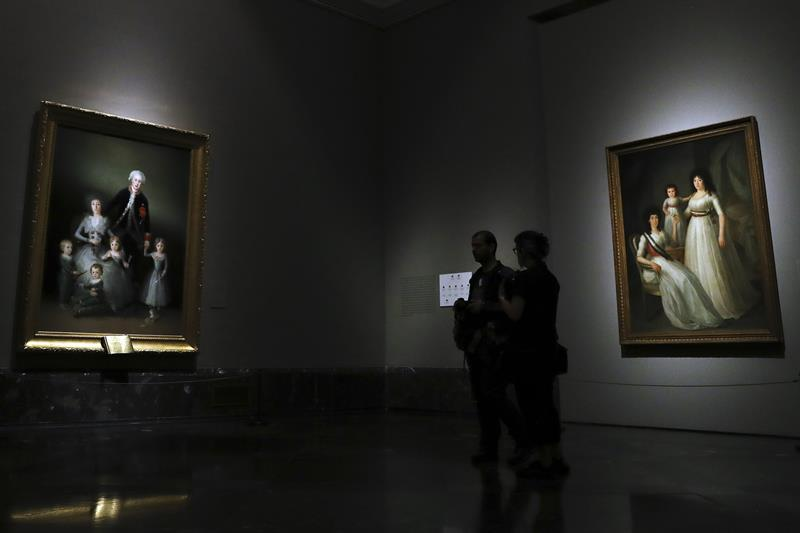 """El óleo de Francisco de Goya """"Los duques de Osuna y sus hijos"""" junto a """"La duquesa de Osuna con su hija y nieta"""" de Agustín Esteve"""