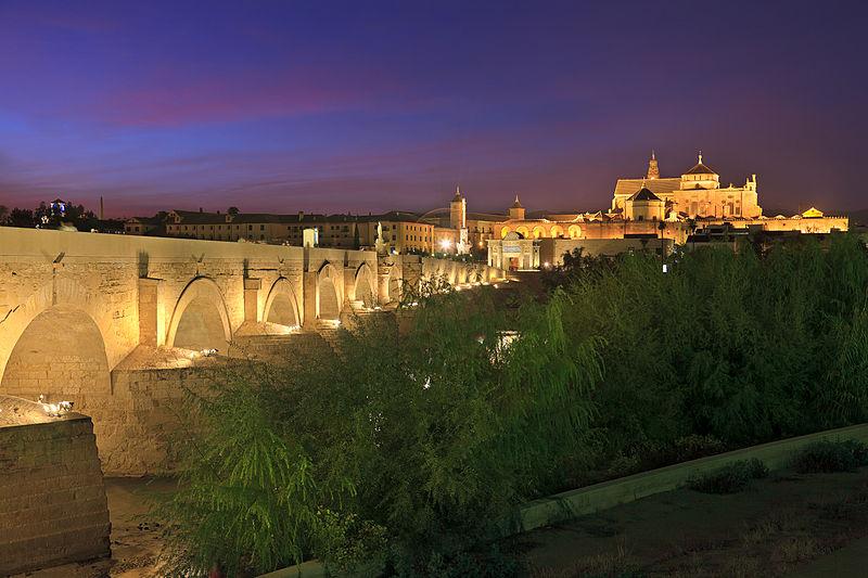 Roman_Bridge,_Guadalquivir_river_at_night