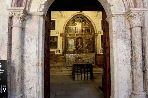 Acceso a la capilla de Sta. Bárbara desde el claustro. Autro: Antonio Á Ledesma (Universidad de Salamanca). Ilmo. Cabildo Catedral de Salamanca
