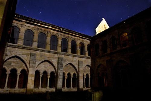 Imagen nocturna del Monasterio de Santa María la Real en Aguiilar de Campoo