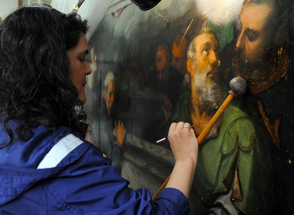 Las obras pictóricas del retablo mayor de Xochimilco, son estudiados y restaurados por especialistas del INAH. Foto Melitón Tapia INAH