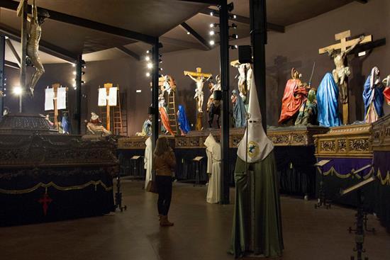 na mujer vista el Museo de Semana Santa de Zamora