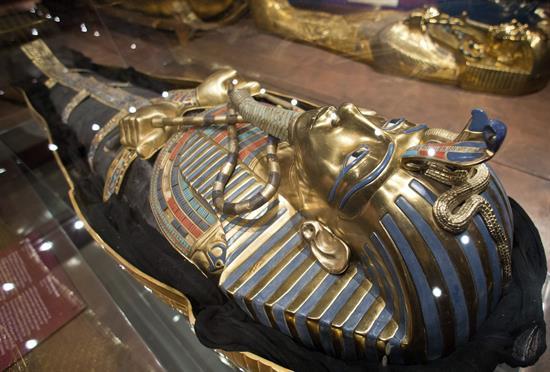 Vista de una réplica del sarcófago de Tutankamón