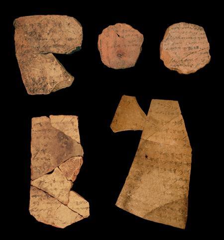 Fragmentos conocidos como ostraca (que incluyen inscripciones en arcilla) de la fortaleza de la Edad de Hierro de Arad