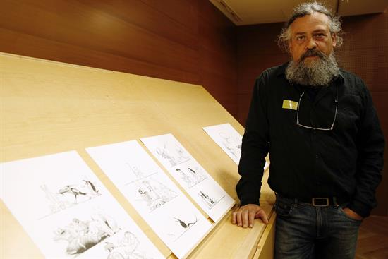 El autor Max junto a su cómic sobre El Bosco