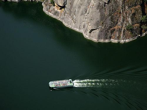 El barco Corazón de las Arribes navega en Aldeadávila