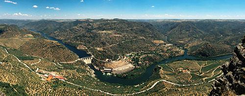 El salto de Saucelle en Salamanca y la desembocadura del río Huebra, desde el mirador de Picote en Portugal
