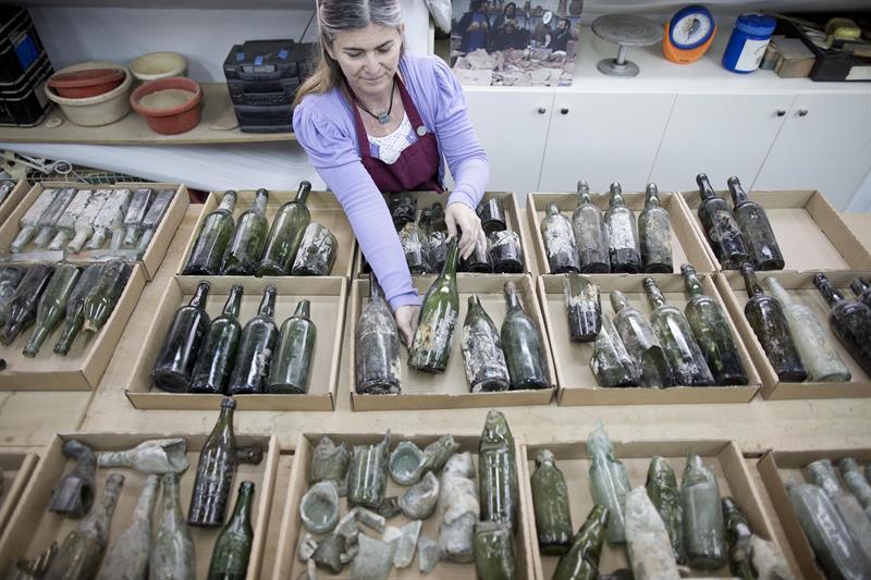 Varias de las botellas de alcohol de soldados británicos de la Primera Guerra Mundial que fueron encontradas durante una excavación en la ciudad de Ramla, Israel.