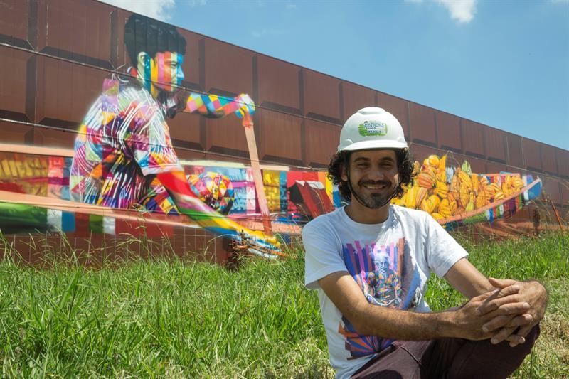 Kobra, delante del graffiti que está pintando en Sao Paulo y que será el más grande del mundo.