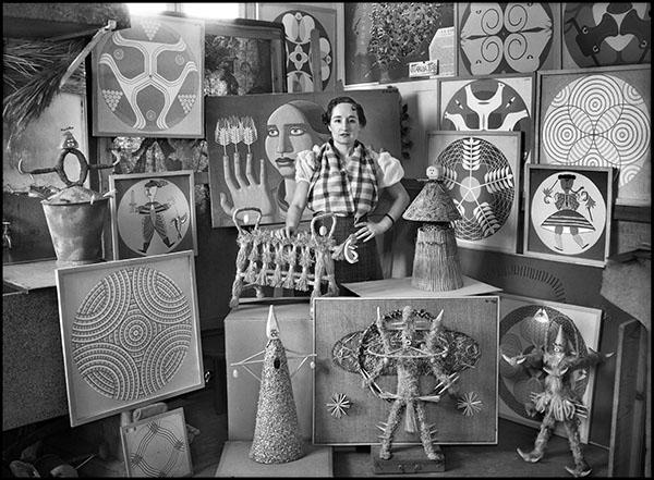 Maruja Mallo en su estudio, rodeada de sus obras