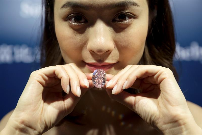 """El diamante """"Estrella rosa"""", de 59,60 quilates, durante la presentación a la prensa de la subasta en la casa de subastas Sotheby's en Hong Kong."""