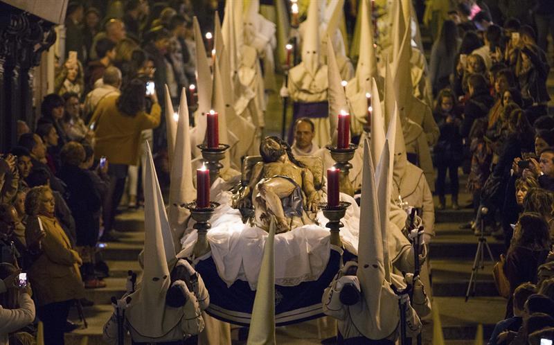 La Hermandad Penitencial del Cristo Yacente durante su procesión, que tiene su momento culminante cuando el coro de la cofradía canta el Miserere, en la noche del Jueves Santo en Zamora.