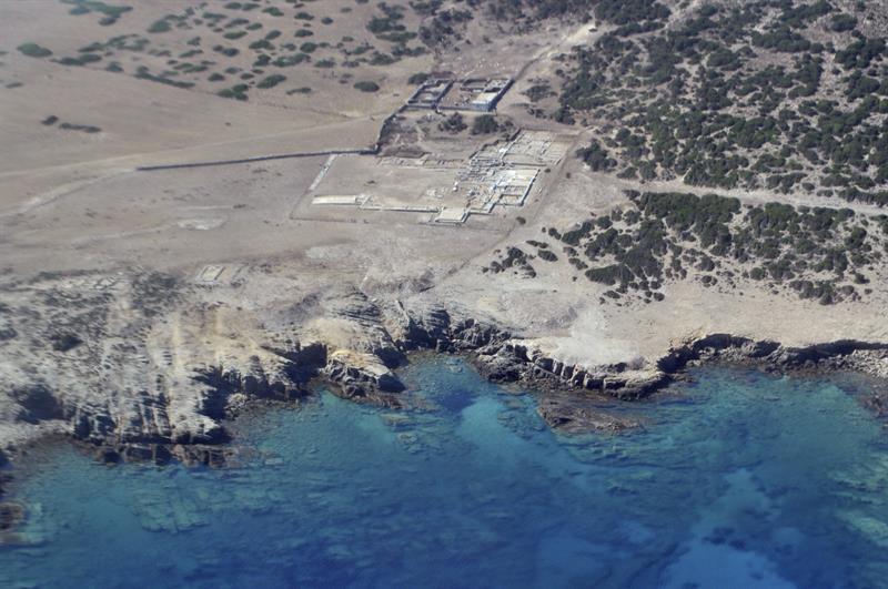 Vista aérea del comedor ritual y el templo de Apolo en el islote Despotikó, en las islas Cícladas.