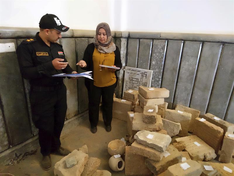 Medio centenar de tablillas de arcilla sumerias con escritura cuneiforme, vasos de cerámica y grabados de escenas históricas que los yihadistas del grupo Estado Islámico (EI) no pudieron vender, fueron hallados esta semana entre los escombros y las ruinas de la Universidad iraquí de Mosul.