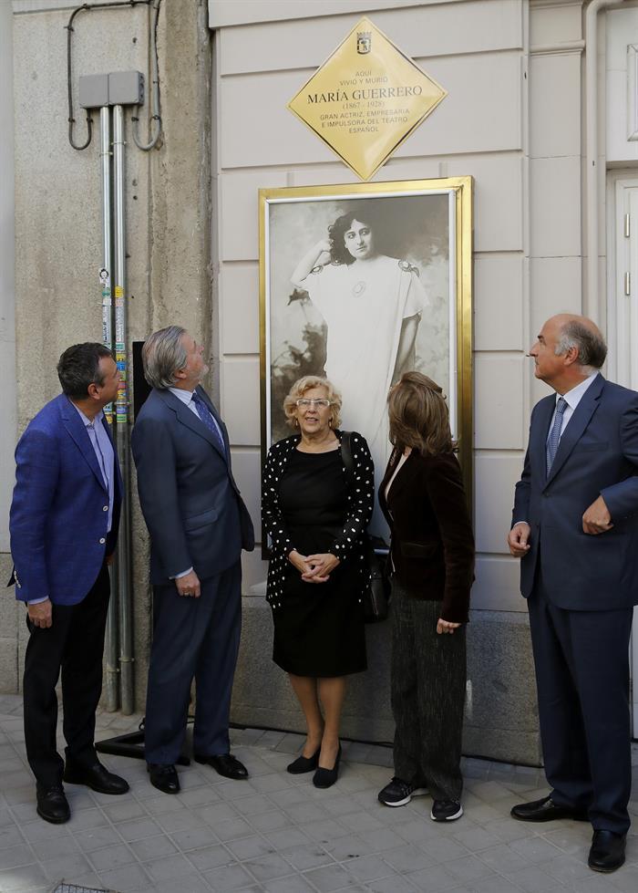 Homenaje a la actriz y empresaria María Guerra en la puerta de su teatro.