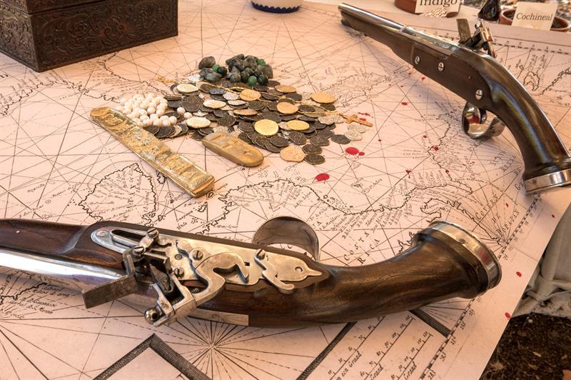 reproducciones de objetos, armas y tesoros antiguos coloniales, de integrantes de la organización Florida Living History, Inc, en Melbourne Beach, Florida.