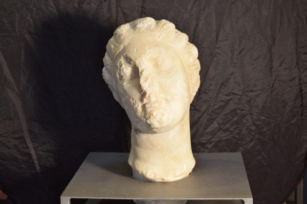 Cap, de marbre blanc i de mida natural, trobat a Caldes de Montbui. GenCat.