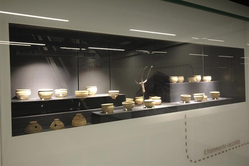 Exposición en la nueva estación de la línea de metro C de Roma, dentro de las 40.000 piezas arqueológicas halladas durante su construcción.