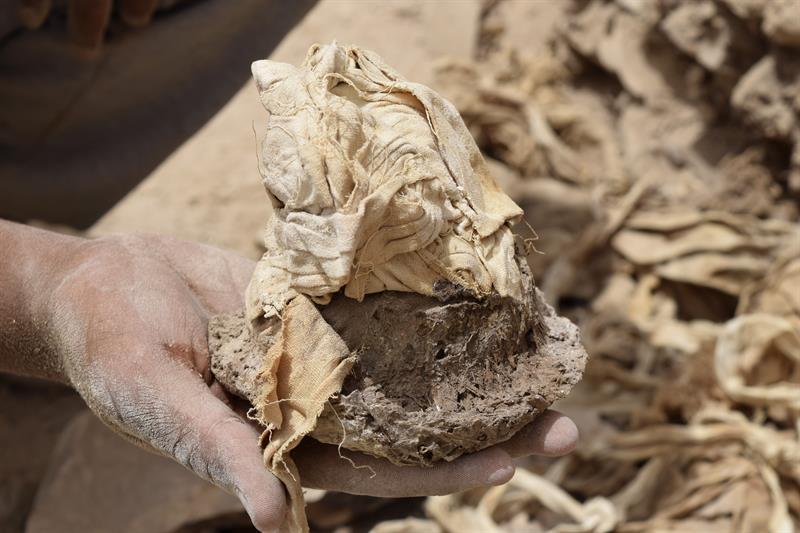 Detalle de los materiales dentro de las 56 jarras con productos y materiales utilizados en el proceso de embalsamamiento de una de las figuras de esta época faraónica.