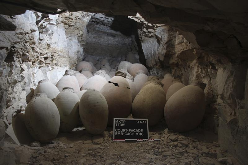 Exterior de las 56 jarras con productos y materiales utilizados en el proceso de embalsamamiento de una de las figuras de esta época faraónica.