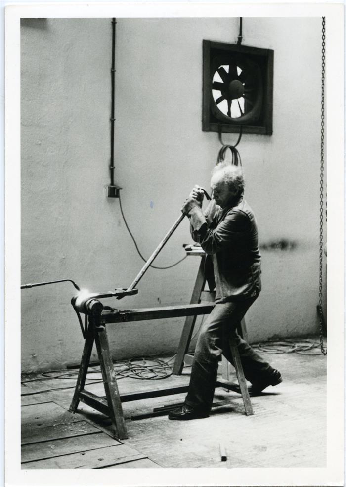 Fotografía cedida en donde aparece el escultor español Eduardo Chillida trabajando en su taller de escultura en 1991.
