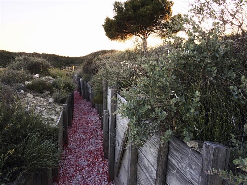 Un sendero de grava roja que se extiende a través de 200 metros por las trincheras y búnkers de la sierra de Alcubierre (Huesca) homenajea al escritor británico George Orwell,