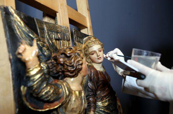 La restauradora Carmen Wattemberg con una de las piezas que se mostrarán en la exposición que la institución dedicara a Alonso Berruguete