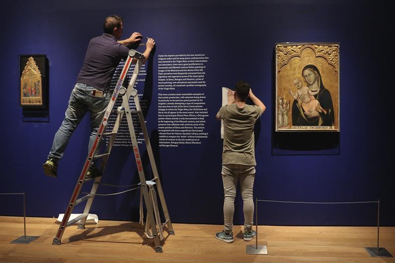 Restauradores ultiman los detalles de cara a la apertura de la exposición 'Madonna -Tesoros de los Museos del Vaticano'