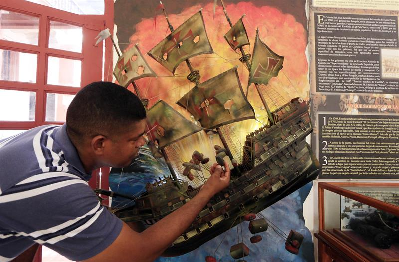 Un turista observa una réplica del Galeón San José. EFE.