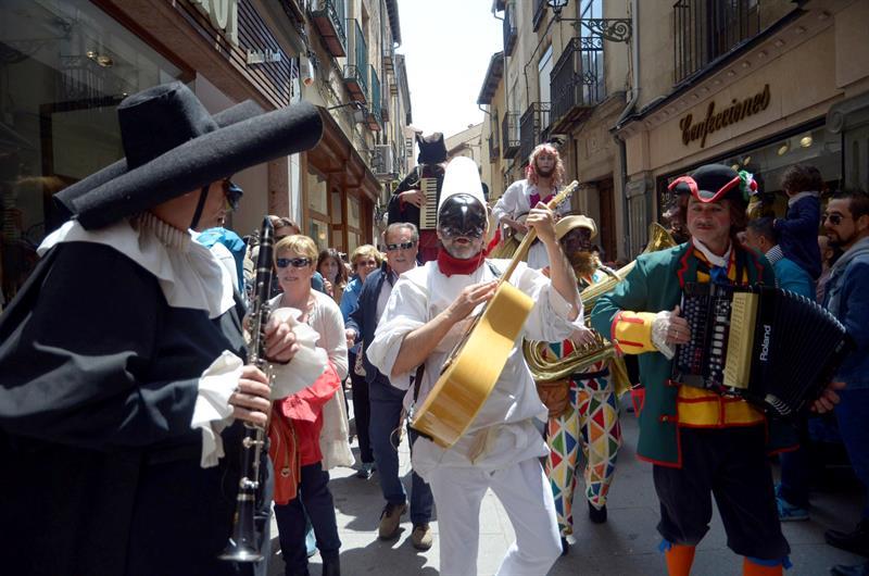 Titirimundi irrumpe en Segovia reivindicando la misión crítica de los títeres