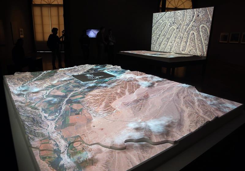 Proyección de imágenes aéreas de las líneas de Nazca, así como el relieve y geografía de la zona donde se encuentran