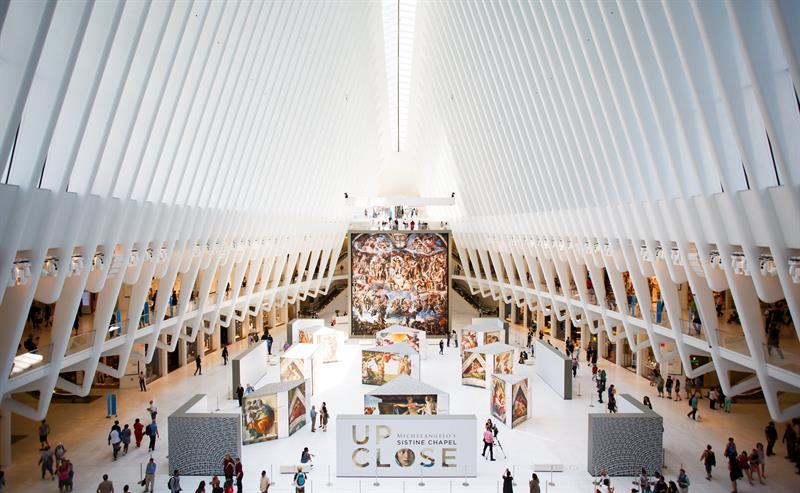 """Vista de la exposición que reproduce obras de la Capilla Sixtina en el """"Oculus"""" de Nueva York"""