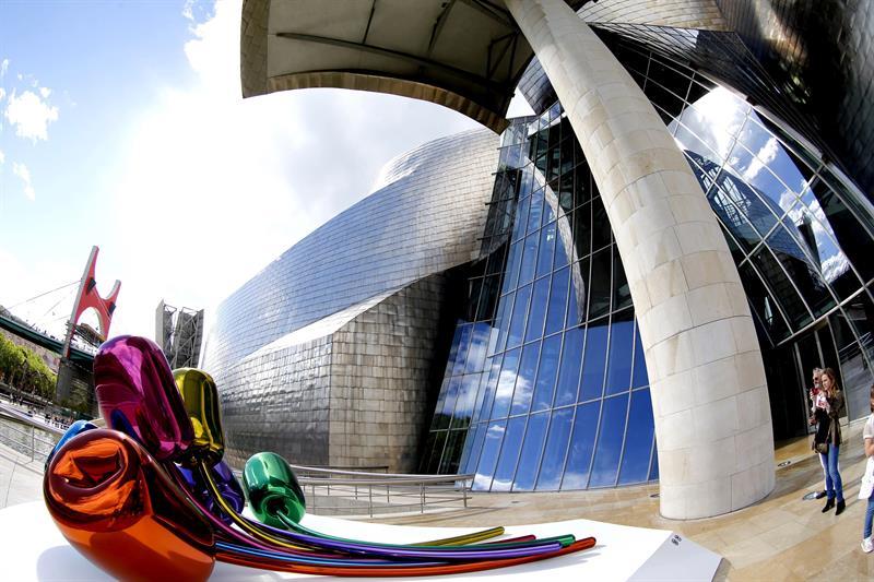 Turistas fotografían los exteriores del Museo Guggenheim de Bilbao
