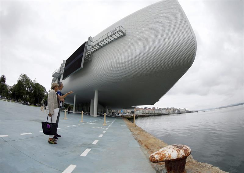 Dos personas observan el Centro Botín, el nuevo centro de arte y cultura que pone en marcha la Fundación Botín bajo un diseño de Renzo Piano, sobre la bahía de Santander, inaugurado este viernes