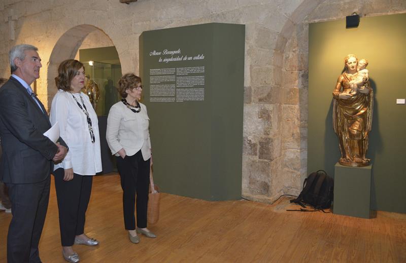 La presidenta de la Diputación de Palencia, Angeles Armisen (c) y la directora del Museo Nacional de Escultura, María Bolaños, durante su visita a la exposición 'Alonso Berruguete en Paredes de Nava'.