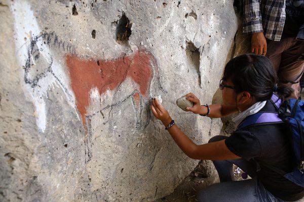Los alumnos con el uso de materailes se aventuran a pintar y tallar arte rupestre. Foto: Paulina Gurrola, INAH.