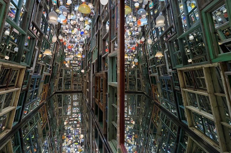 Vista de la obra 'A través del Muro' del artista chino Song Dong. EFE.