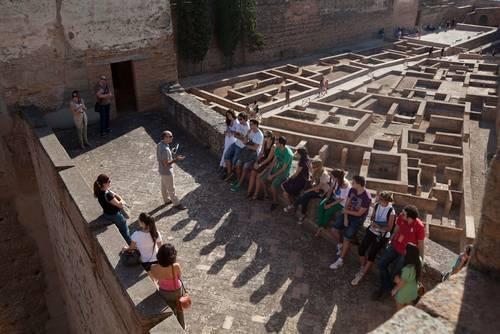 Una de las visitas guiadas por especialistas realizadas la temporada pasada. Patronato de la Alhambra.