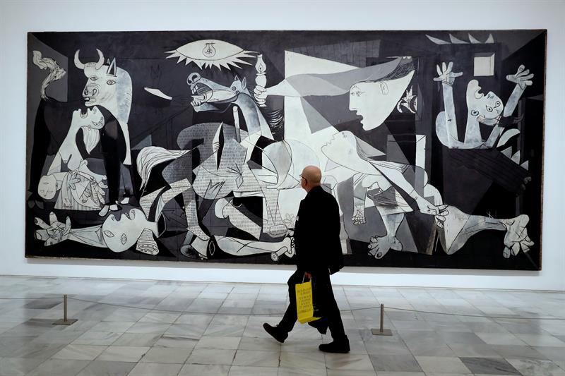 Un visitante pasa frente al Guernica, en el Museo Reina Sofía