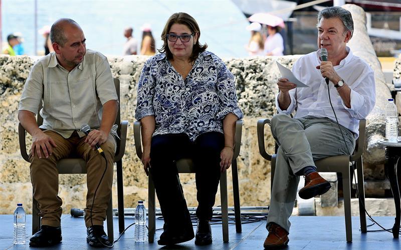 El presidente de Colombia, Juan Manuel Santos (d), junto a a la ministra de Cultura de Colombia, Mariana Garcés (c) y el director del Instituto Colombiano de Antropología e Historia (ICANH), Ernesto Montenegro