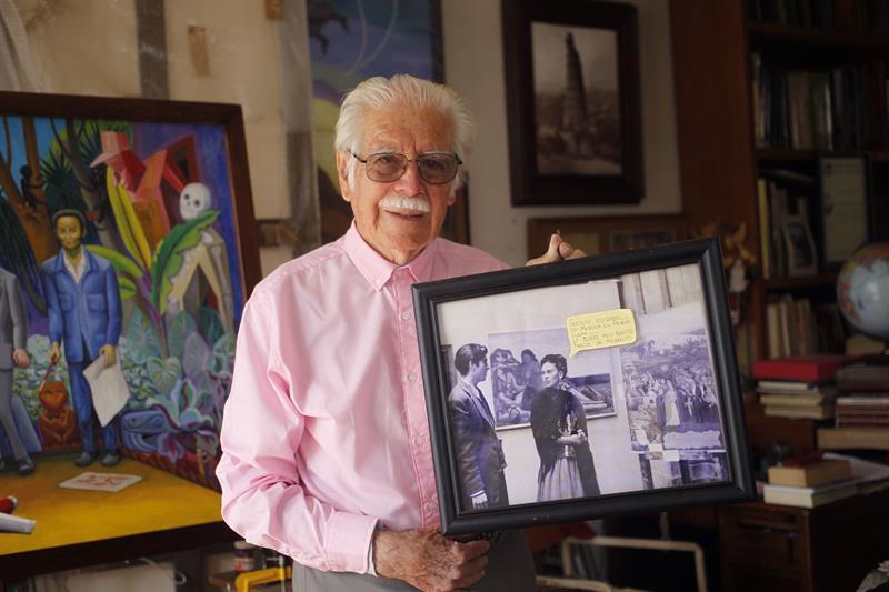 El artista mexicano mexicano Arturo Estrada muestra un retrato cuando era alumno de Frida Kahlo, en su casa estudio de Ciudad de México.