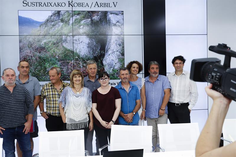 Los responsables de los hallazgos arqueológicos de grabados paleolítico en la cueva Arbil V de Deba (Gipuzkoa)